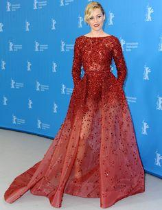 Elizabeth Banks no puede lucir más espectacular durante la Berlinale con este vestido rojo con cristales y transparencias de Elie Saab Couture. Su recogido con ondas, los labios rojos y los pendientes a juego con el vestido son el broche de oro para un look simplemente perfecto.
