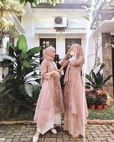 Sabtu, Hari nya kondangan😁😁😍 - Have an inspiration of kondangan style with your squad? Let us know by sharing it to us. Hijab Gown, Kebaya Hijab, Muslimah Wedding Dress, Hijab Dress Party, Kebaya Dress, Dress Pesta, Muslim Wedding Dresses, Hijab Style Dress, Bridesmaid Dresses
