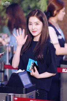 Irene-Redvelvet 180721 Gimpo Airport to Japan Kpop Girl Groups, Korean Girl Groups, Kpop Girls, Korean Model, Korean Singer, Rapper, Redvelvet Kpop, Brave Girl, Red Velvet Irene