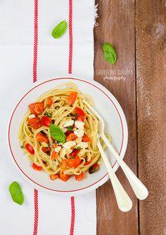 il Gatto Goloso: linguine con pomodorini marinati e mozzarella  http://www.ilgattogoloso.com/2014/09/linguine-con-pomodorini-marinati-e.html#comment-form
