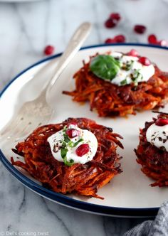 Crispy sweet potato hash browns (also called röstis) with a little spicy kick, and served with a basil goat cheese yogurt sauce. Potato Rosti Recipe, Sweet Potato Rosti, Sweet Potato Hash Browns, Crispy Sweet Potato, Sweet Potato Kale, Sweet Potato Recipes, Milk Recipes, Cooking Recipes, Cooking Tips
