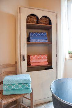 Legújabb kollekciónk hangulatvilágát a csodálatos japán shibori textíliák ihlették, innen kapták nevüket is.  Tónusaikban az aktuális trendeknek megfelelően a korall, az aquamarin, és az azúrkék köszön vissza, így fürdőd is a legfrissebb divat szerint öltöztetheted fel. Látogass el webshopunkba a részletekért! :D