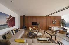 Moderne Einrichtung mit exotischen Zimmerpflanzen um den Kaffeetisch