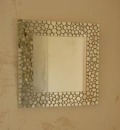 miroir carré, tout en mosaïque de miroir argent. morceaux découpés en forme de petits ronds collés autour d'une glace