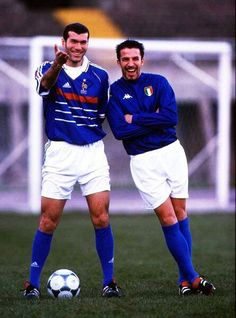 Zinedine Zidane (popularly known in French as Zizou) and Alessandro del Piero, Italian football player. Football Icon, Best Football Players, Good Soccer Players, Football Is Life, Retro Football, World Football, Football Kits, Vintage Football, Sport Football