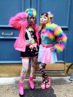Moda che nasce nel quartiere Harajuku (Tokyo) mixando abiti tradizionali, da cosplay, coloratissimi come un quadro di Pop Art, dolci come un cono panna e fragola. Kitch, sgargiante e sopratutto VIETATO PASSARE INOSSERVATE!