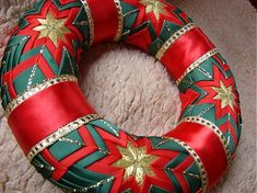 kanzashi + false patchwork technique Christmas Patchwork, Quilted Christmas Ornaments, Christmas Ribbon, Diy Christmas Ornaments, Felt Christmas, Christmas Wreaths, Holiday Crafts, Vintage Christmas Balls, Cute Christmas Decorations