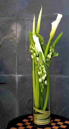 Arreglo floral de calas y ornigalum.