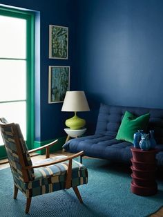 6 Colorful interiors that embrace a modern vibe (Daily Dream Decor) - 6 Colorful interiors that embrace a modern vibe Informations About 6 Colorful interiors that embrace - Mid-century Interior, Modern Interior Design, Blue Rooms, Blue Walls, Sofas Vintage, Blue Lounge, Style Deco, Colorful Interiors, Blue Interiors