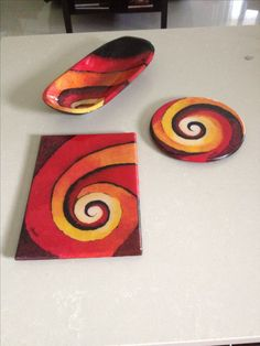 Madera pintado a Mano y resinado Ceramic Plates, Ceramic Pottery, Pottery Art, Glass Painting Designs, Paint Designs, Ceramics Projects, Clay Projects, Clay Wall Art, Mandala Painting