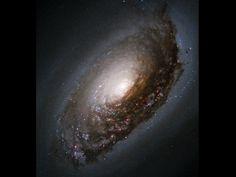 La galaxia de la bella durmiente puede parecer pacífica a primera vista pero está realmente en movimiento. En un giro inesperado, recientes observaciones han mostrado que el gas en las regiones exteriores de esta espiral fotogénica están rotando en dirección opuesta a todas sus estrellas. Las colisiones entre gas de las regiones internas y externas están creando estrellas calientes azules y emisiones de nebulosa rosa.