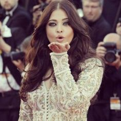 Aishwarya blows a kiss to her fans  on the Red Carpet