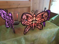 https://duftparty.partylite.de/Shop/Product/2155 KERZEN-ACCESSOIRE MARIPOSA Filigranes Metall in lichtdurchlässiger Schmetterlingsform. Inkl. drei Votivkerzengläsern. B: 35 cm. Für Votivkerzen und Teelichter (im Votivkerzenglas).
