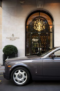 Four Seasons George V, Avenue Georges V, Paris VIII Beautiful Hotels, Beautiful Places, Amazing Hotels, Palaces, Luxury Travel, Luxury Cars, Monuments, Elysee Palace, Luxe Life