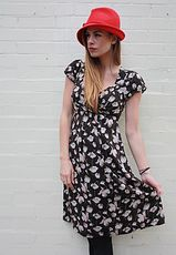 The darker floral print is an Alexa Chung and Rachel Bilson fav right now so you will be in good company. Toughen up this pretty dress with tights and buckled boots for a vintage look with an edge. This is a 1940s style tea dress in black with cream and red floral print. This vintage inspired dress is knee length and features a lose fitted skirt, empire waist line with cross over bust , sweetheart neckline and cute capped sleeves. These dresses are made from cotton and are machine washable.