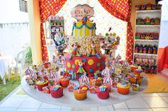 Bolo circo e cupcakes palhacinhos
