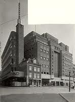 v.d. Pigge Haarlem.  V.& D. is er omheen gebouwd.