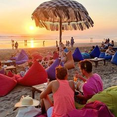 バリのクタにあるスミニャックビーチ。ここにある「La Plancha Bali(ラプランチャバリ)」というビーチバーがおしゃれで観光におすすめなんです。カラフルなパラソルとクッションで写真映えも抜群!思わずInstagram(インスタグラム)にあげたくなってします写真を「La Plancha Bali」で撮りましょ♡