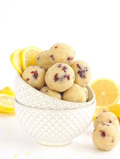 These Cranberry Lemon Bites are the perfect paleo and vegan snack. Made from a combination of almond flour and coconut flour, these grain-free bites. Vegan Snacks, Healthy Treats, Vegan Recipes, Snack Recipes, Paleo Vegan, Cranberry Recipes Paleo, Cranberry Almond, Paleo Diet, Paleo Dessert