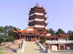 Located in the center of Fuzhou's downtown area, Yushan Mountain has been an attraction since China's Warring States period (476-221 BC), when the mountain was called Jiuri. Covering an area of 11.9 hectares, it resembles a huge legendary turtle.