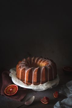 recette de cake aux oranges sanguines et huile d'olive et glaçage à l'orange Olives, Biscuits, Orange Sanguine, Bunt Cakes, Jus D'orange, Food Photography, Muffins, Cooking, Sweet