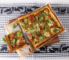 Diese Tarte mit Pesto, Tomaten und Mozzarella ist eine Mischung aus Flammkuchen und Pizza, jedoch mit Blätterteig gemacht. Eine köstliche Kombination. Mozzarella, Pesto, Strudel, Vegetable Pizza, Pie, Healthy Recipes, Breakfast, Empanadas, Quiches