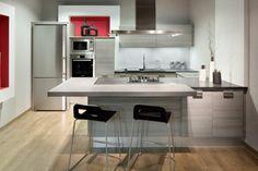 cuisine moderne avec une hotte aspirante tabouret noir plaques de cuisson