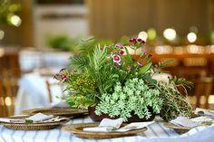Casamento na praia em Trancoso - decoração tropical rustico chic - arranjo de centro de mesa verde com suculentas, sementinhas e flores pink ( Foto: Mel e Cleber | Decoração: Congrega Bahia )