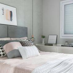 A imagem pode conter: 1 pessoa, quarto e área interna Bedroom Colors, Home Decor Bedroom, Bedroom Wall, Master Bedroom, Couple Bedroom, Girls Bedroom, Bedrooms, Condo Living, Home Room Design