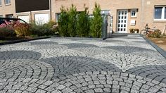 PKW-Stellplatz und Hauseingang aus idania-flair-Pflastersteinen in Schuppenverlegung in den Farben basalt-anthrazit, granit-grau und marmor-weiß