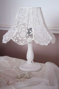 Formosa House: Table Lamp, Cosiness In The House!- Formosa Casa: Abajur, Aconchego Na Casa! Formosa House: Table Lamp, Cosiness In The House! Uno Lamp Shades, Rustic Lamp Shades, Light Shades, Lampshade Chandelier, Lampshades, Crochet Lampshade, Lace Lamp, Diy Lampe, Doilies Crafts