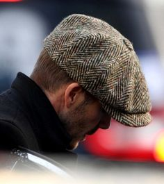 David Beckham looked anything but casual in this classic tweed newsboy cap while walking the London streets. Mode Man, Der Gentleman, News Boy Hat, Flat Cap, Cool Hats, Well Dressed Men, Mens Caps, David Beckham, Mode Style
