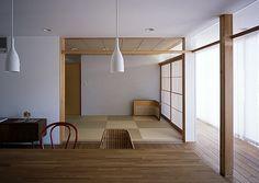 ダイニングとの続き間である和室は落ち着いたシンプルな構成とした。ダイニングとの境にある間仕切り戸は壁内に収納。閉じても気配を感じる様に上部はガラス欄間とした。縁なし畳と天井には木製枠のダウンライトとした。 専門家:小畠浩二が手掛けた、落ち着いた和室(宇佐の家)の詳細ページ。新築戸建、リフォーム、リノベーションの事例多数、SUVACO(スバコ) Japanese Graphic Design, Colorful Interiors, Home Remodeling, Innovation, Cool Designs, House Design, Ceiling Lights, Traditional, Architecture