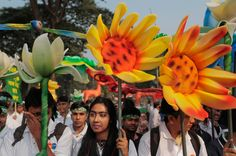 Bangladeshis participate in a climate change awareness rally in Dhaka, Bangladesh, Nov. People Around The World, Around The Worlds, Environmental Ethics, Powerful Images, Paris Photos, Global Warming, Ecology, Climate Change, Rally