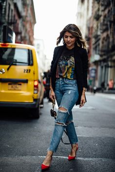 10 Graphic Tees for a Cool-Girl Look - Alles über Damenmode Trend Fashion, Look Fashion, Fashion Outfits, Womens Fashion, Denim Outfits, Lolita Fashion, Tshirt And Jeans Outfit, Striped Blazer Outfit, Band Shirt Outfits