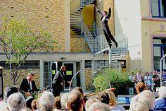 """Eine aufregend schräge Zirkustheatershow auf und über einem Schleuderbrett erwartet die Festivalbesucher bei der belgischen Gruppe """"Entresonore""""."""