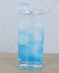 Drink novo: Soda Blue   Usamos refrigerante de limão e fizemos um drink pra lá de bom. O vídeo completo está no canal Bebida Liberada la no YouTube.  #bebidaliberada #soda #sodablue #drink #drinks #coquetel #coquetelaria #coquetelariabrasileira
