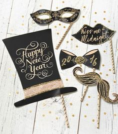 Want a little something extra to remember your New Years party? Grab these FREE New Years Eve Photo Prop Printables! | Photo booth Props Free: