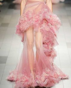 This long pink couture gown is a work of art! A pink dress straight from the runway with layers of tulle and flowers. Haute Couture Style, Couture Mode, Couture Fashion, Runway Fashion, Fashion Show, Fashion Outfits, Hair Couture, High Fashion Dresses, Haute Couture Dresses