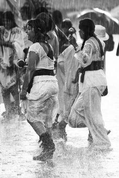 El pasado 26 de julio en la ciudad de México se conmemoró la fundación de Tenochtitlan el cual fue fundada en el año 2 casa o dos calli en el 1325. Pues el festejo consistió en la ofrenda mediante un ritual caracterizado por el baile dedicado a Huitzilopochtli y Tlaloc, la deidad de la lluvia. En estas fotos se demuestra esas dos etapas, cuando empezó el baile a Tlaloc el cielo se cayó, luego de finalizado el ritual el aguacero escampó…fue maravilloso, espero les gusten.