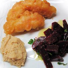Μπακαλιάρος τηγανητός με σκορδαλιά και παντζάρια σαλάτα