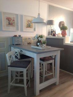 De halfhoge bartafel, zelf gebouwd met krukken van Ikea.