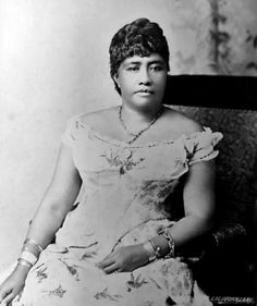 Liliʻuokalani – was the last monarch of Hawaii. She was deposed by the mainland landowners when she adopted a constitution that allowed native Hawaiian people to vote. The US Marines invaded and imprisoned her in her own palace. Hawaiian Queen, Queen Of Hawaii, Hawaiian Art, Hawaiian People, Black History Facts, Vintage Hawaii, Hawaiian Islands, Women In History, Big Island