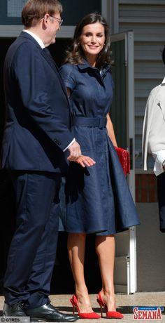 das mulheres Letizia continúa reciclando en su vestidor (para nuestro aburrimiento) Letizia recycelt weiter in ihrer Umkleidekabine (zu unserer Langeweile) Vestidos Zara, Dress Outfits, Casual Dresses, Fashion Dresses, Summer Dresses, Two Piece Dress, The Dress, Business Professional Dress, Mode Jeans