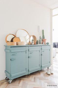Vergrijsd turquoise kast in de gang ©BintiHome