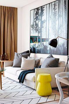 Salón moderno con sofá blanco
