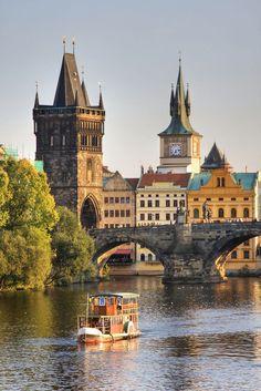 The Charles Bridge, Prague ¿Y si nos vamos a Praga? Ideas para viajar en Invierno sugerencia Parola #7..Espectáculos de luces, música y atracciones invernales aderezadas con montones de nieve, los mercadillos se extienden por las calles ofreciendo espectáculos de marionetas o la posibilidad de probar el típico vino caliente mientras que una vista desde el Castillo o un concierto de violines pueden ser la guinda final a una jornada única.#AdondeQuieras