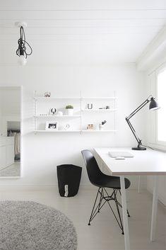 Työhuoneen on oltava käytännöllinen, viihtyisä ja siisti. Sinänsä työhuoneen koolla ei ole väliä, aloitinhan yritystoimintani makuuhuoneestamme, jossa oli vain pieni työpöytä ja tietokone. Nykyisee… Workspace Inspiration, Home Decor Inspiration, Home Office Design, Office Decor, Monochromatic Living Room, Diy Room Decor, Bedroom Decor, Bedroom Ideas, Black And White Furniture