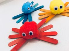Colorful Spiders - Crafting for Halloween Toddler Paper Crafts, Hand Crafts For Kids, Art For Kids, Popsicle Stick Crafts, Craft Stick Crafts, Autumn Crafts, Spring Crafts, Halloween Rocks, Family Halloween