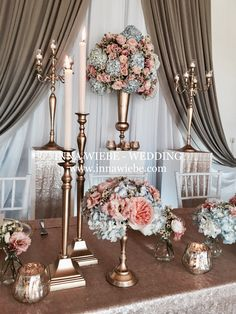 Brautpaartisch in Gold mit leichten Blumen aus hellblauen Hortensien und apricotfarbenen Sweet Juliette. #Hochzeitsdekoration #Brautpaartisch #bridal table #wedding #decoration #flowers www.innawiebe.com